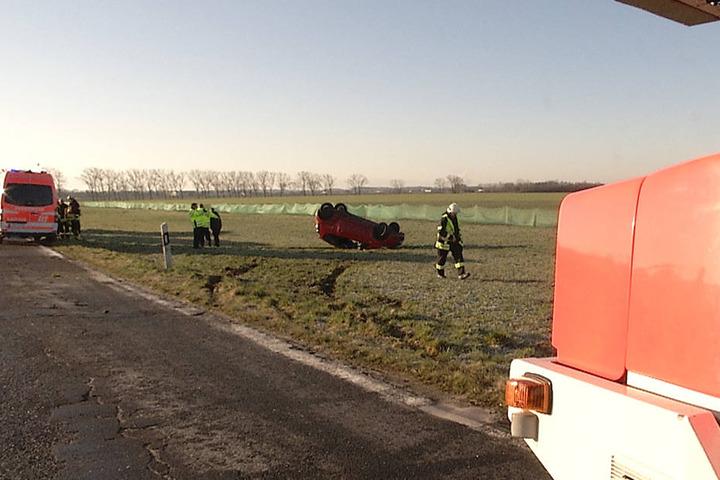 Der Fahrer konnte sich selbst befreien, kam jedoch verletzt ins Krankenhaus.