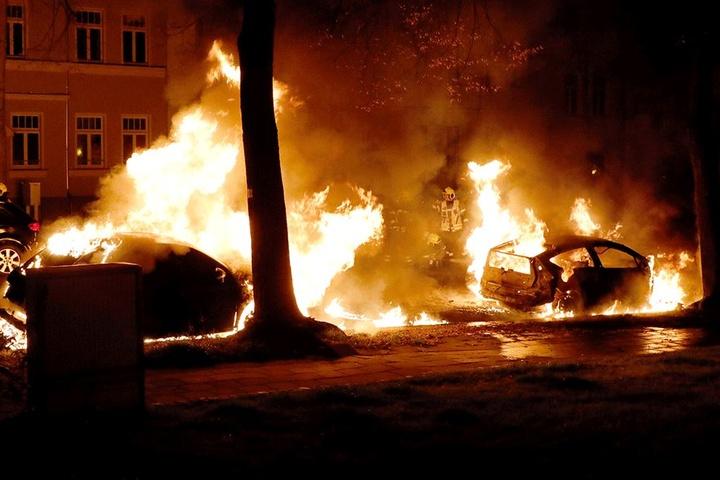 Gleich drei Autos brannten auf der Würzburger Straße komplett aus.