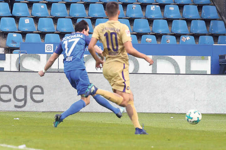 Robbie Kruse (l.) trifft zum 1:0 für den VfL Bochum, allerdings als klarer Abseitsposition.