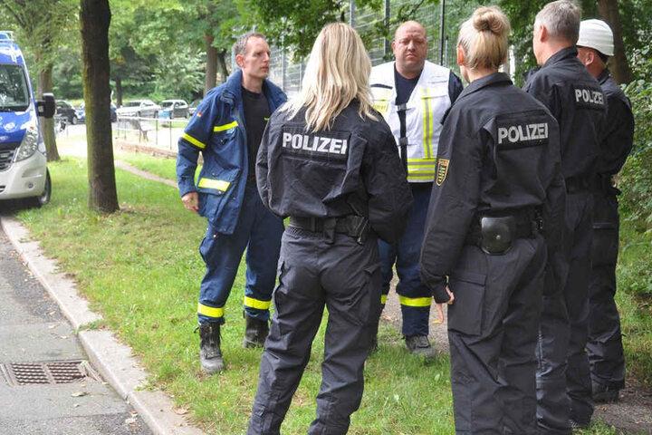 Polizei und Rettungskräfte am Mittwoch vor der Brandruine in der Görlitzer Brückenstraße.