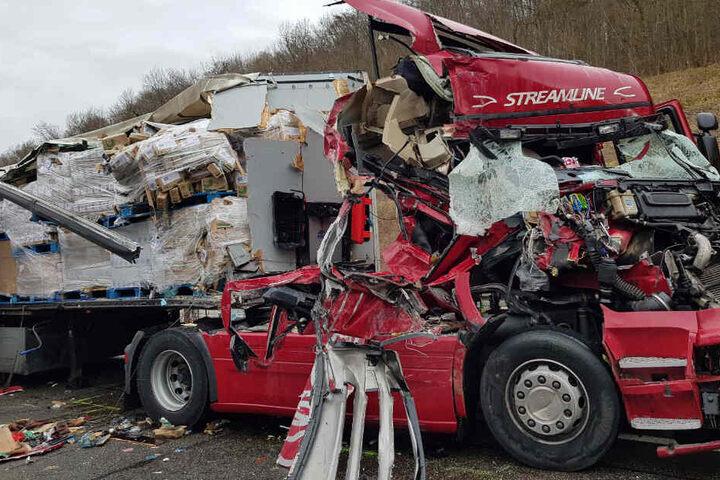 Das Führerhaus, sowie der Anhänger des Sattelzuges, der den Unfall einleitete, waren nach der Kollision komplett zerstört.