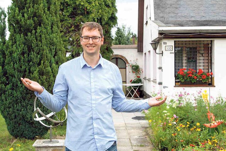 TAG24-Reporter Hermann Tydecks an Köfers Stelle: Das Haus hat sich kaum  verändert. Aber die Bäume von damals gibt es heute nicht mehr.