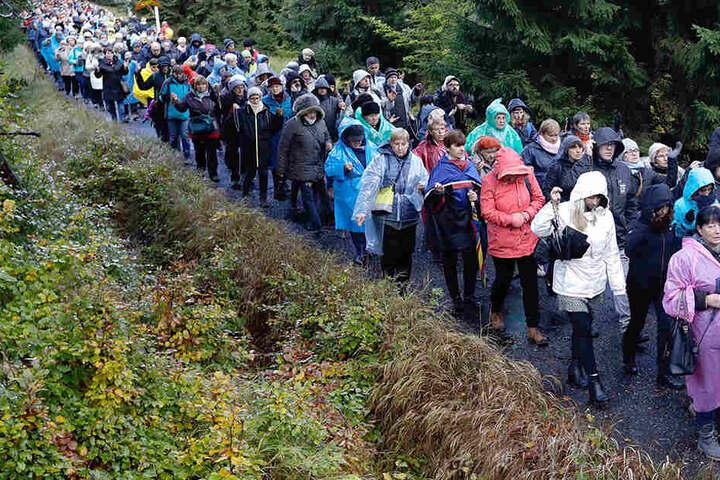 Trotz schlechten Wetters nahmen Hunderttausende Menschen an der Aktion anlässlich des katholischen Rosenkranzfestes am Samstag teil.