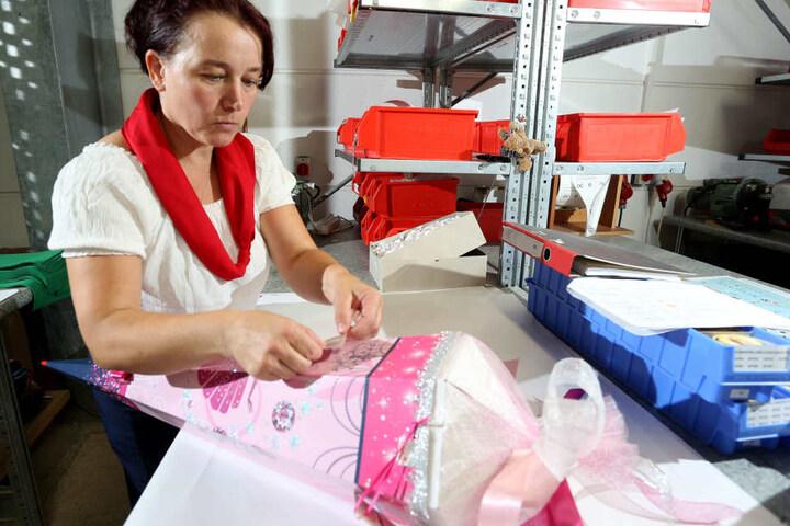 Alles echte Handarbeit! Steffi Trommer (43) klebt die Kristalle auf.