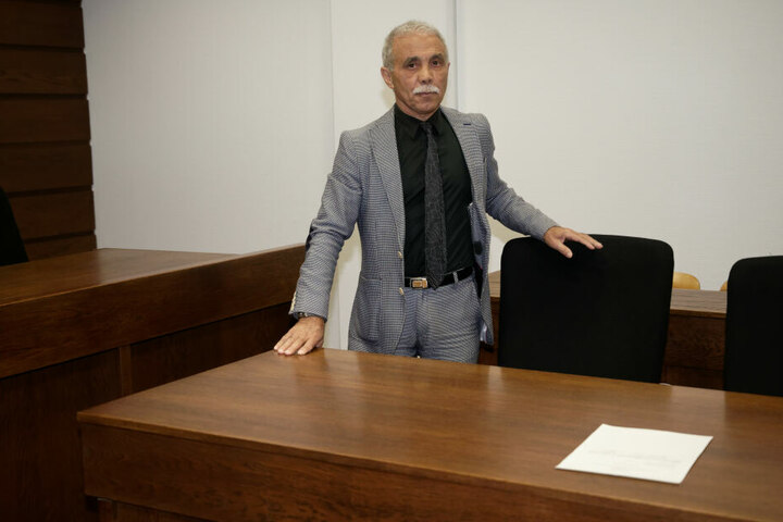 Spielerberater Giacomo Petralito steht in einem Saal des Landgerichts.