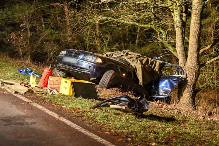 Der BMW mit französischem Kennzeichen kam von der B 189 ab und krachte gegen einen Baum. Der Fahrer starb noch an der Unfallstelle.