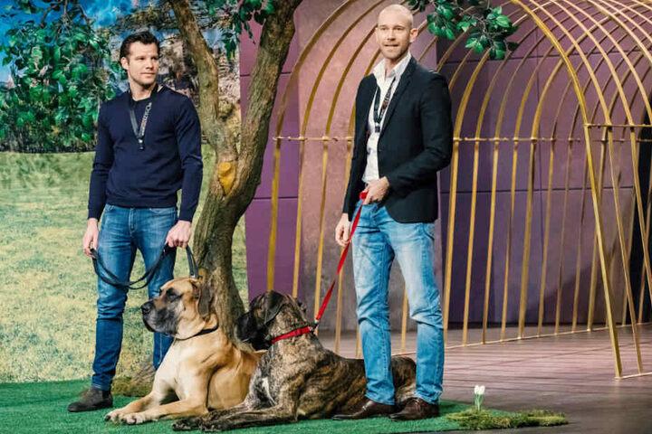 Til Ley (li.) und Jérôme Glozbach stellen ihr Verschluss-System für Hundeleinen vor.