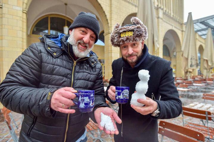 André Donath (l.) und Andreas Müller vom Turmbrauhaus steigen bei dem Wetter wieder auf Glühwein um und bauen einen kleinen Schneemann.