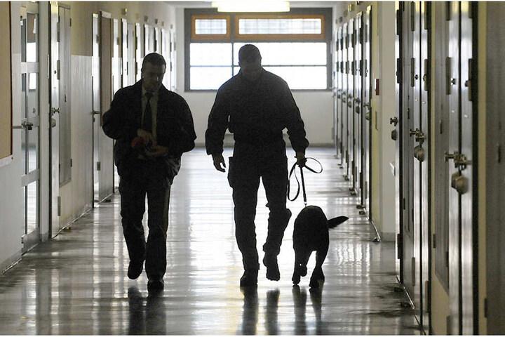 Im Gefängnis wurde fieberhaft nach der Waffe gesucht (Symbolfoto).