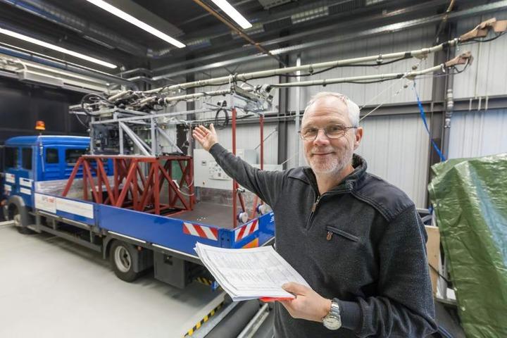 Spitzenreiter: Das Trolleybus-Team um Professor Matthias Thein (62) bekam  satte drei Millionen Euro Förderung für sein automatisches Andrahtsystem.