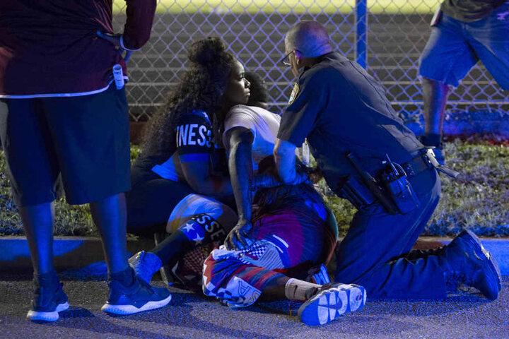 Eine Person liegt verletzt am Boden.
