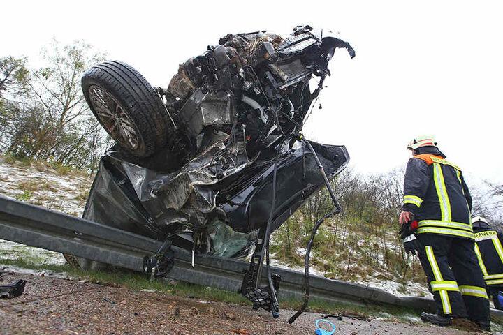 Das vollkommen demolierte Auto hing kopfüber auf der Leitplanke.