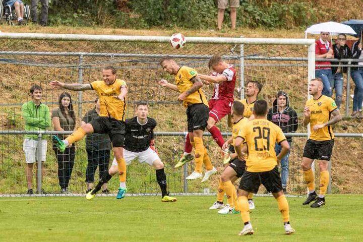 In der Vorsaison trug Elias Huth noch das Trikot des 1. FC Kaiserslautern, köpft hier im Testspiel gegen Dynamo aufs Dresdner Tor.
