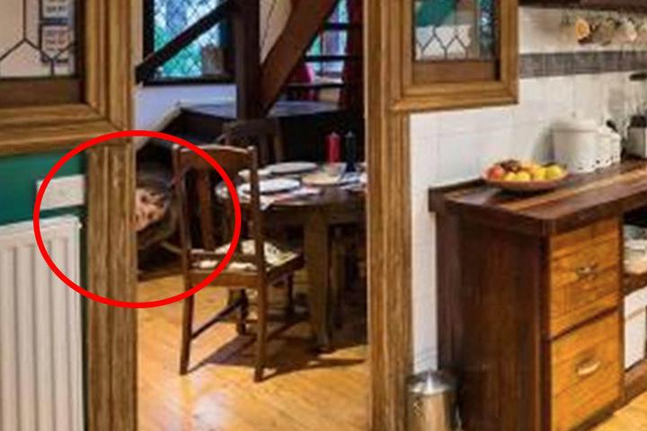 Hier schaut der kleine Henry hinter dem Türrahmen hervor.