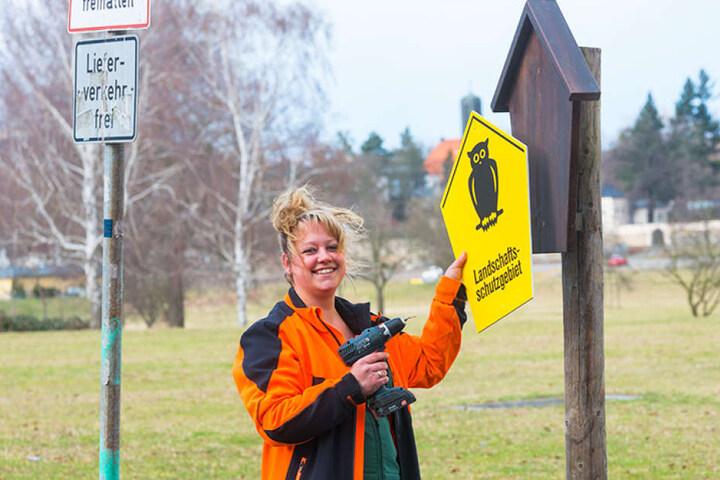 Jeanne Priebs (29) bringt ein neues Schild an. Die vorherige Tafel war  gestohlen worden.