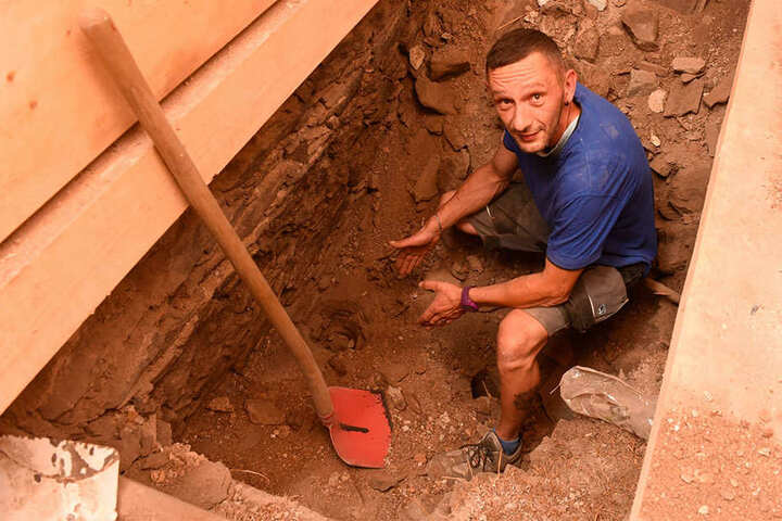 Bauarbeiter Robert Neßler (38) zeigt, wo er den Sensationsfund gemacht hat.