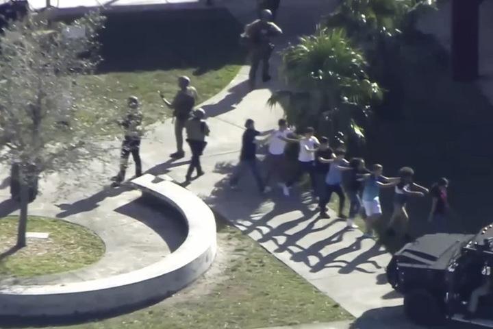 Zahlreiche Schüler konnten unverletzt die Schule verlassen. Sie wurden von bewaffneten Polizisten begleitet.