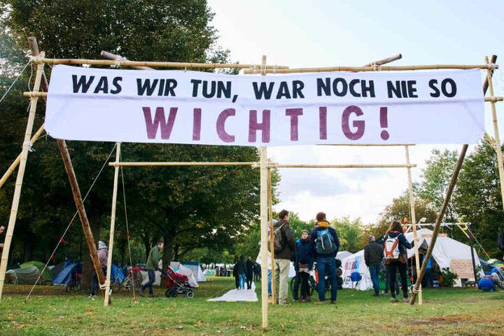 """""""Was wir tun, war noch nie so wichtig!"""" steht auf einem Transparent am sogenannten """"Klimacamp""""."""