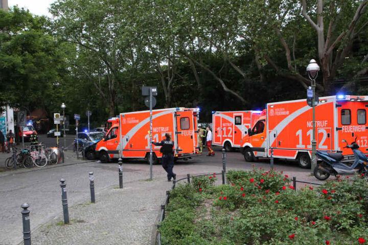 Polizei und Rettungskräfte waren am Unfallort um die Verletzten zu versorgen.