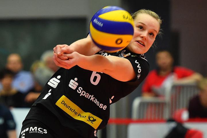 Libera Michelle Petter gegen Düdingen in Aktion. Im ersten Satz hatte die 21-Jährige noch einige Probleme, doch mit zunehmender Spielzeit steigerte sie sich wie die gesamte Dresdner Mannschaft.