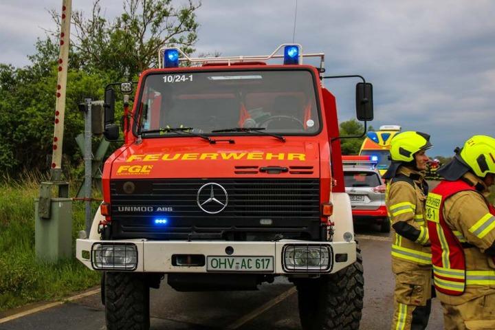 Die insgesamt 22 Kameraden der Feuerwehr bindeten unter anderem Öl, welches durch den Aufprall ausfloss.