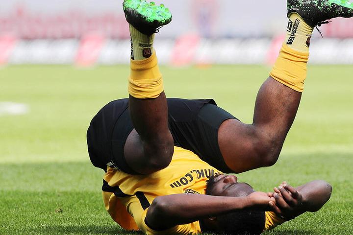Dynamos Erich Berko blieb gegen Union Berlin ohne Torerfolg, trotz zweier Chancen. Nach Abpfiff fiel er erschöpft zu Boden.