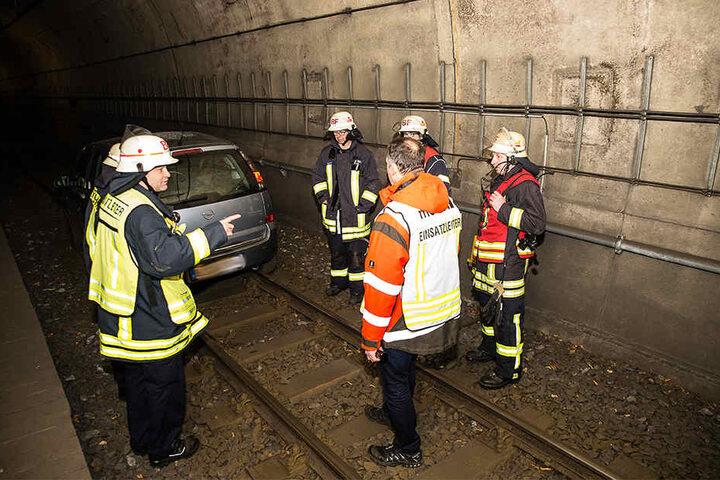 Die Feuerwehr und der lokale Abschlepper diskutierten über Möglichkeiten, das Auto aus dem Tunnel zu bekommen.