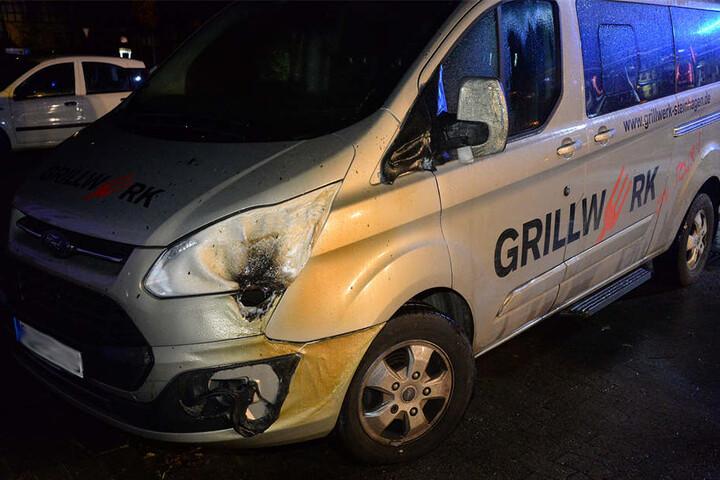 Auch ein Transporter fiel dem Feuer zum Opfer.