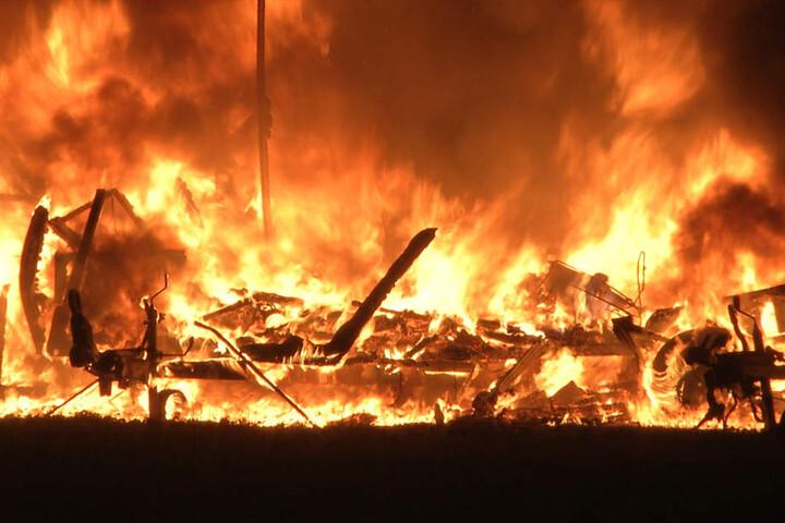 Meterhohe Flammen schlugen Montagnacht in die Höhe.