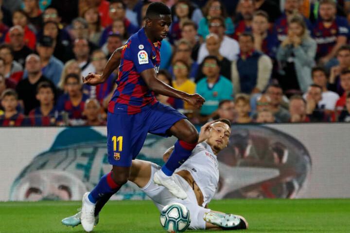 Barcelonas Ousmane Dembele (l) in Aktion gegen Sevillas Lucas Ocampos.