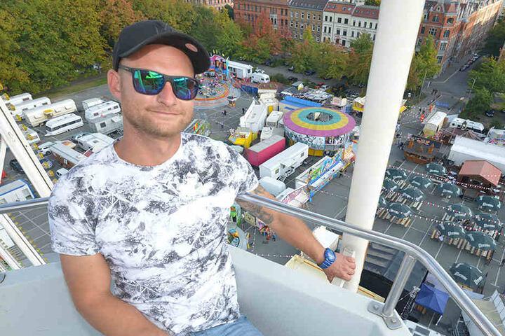 Hoch hinaus: Erik Schubert (29) betreibt eines der Riesenräder auf dem  Zwickauer Volksfest - und das in 6.  Generation.
