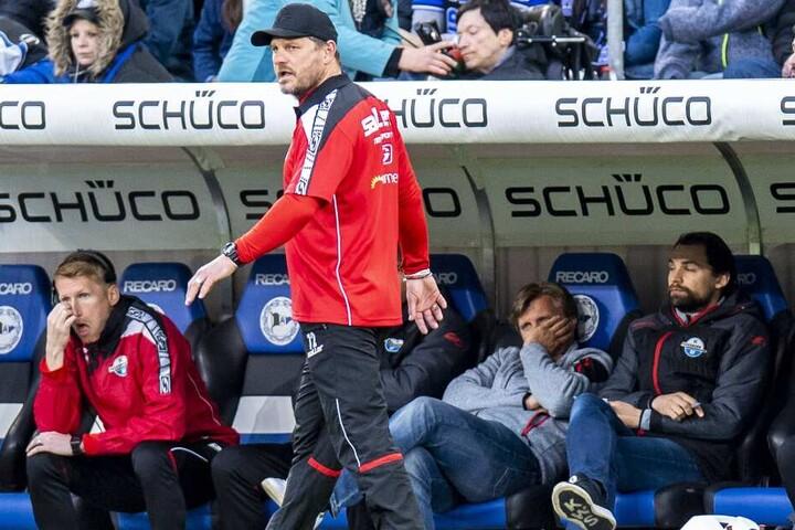 Bis dahin fiebert Markus Krösche (2. v. rechts) noch mit Trainer Steffen Baumgart (vorne) um den Aufstieg des SCP.