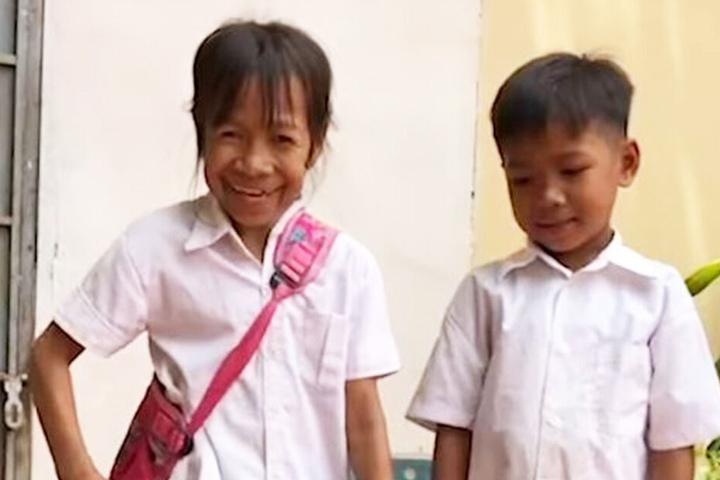 Bo Rakching (10) hat ihr Lächeln nicht verloren.
