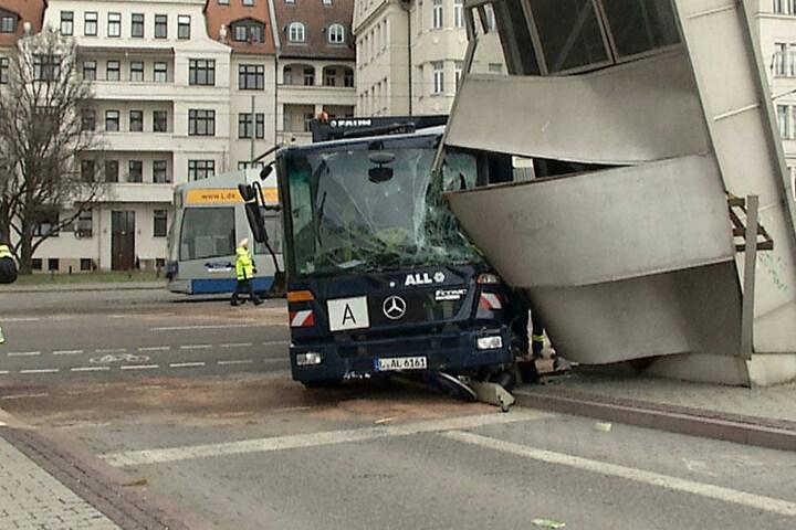 """Durch den Unfall nahm das """"Doppel-M"""" erheblichen Schaden."""