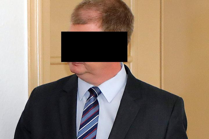 Banker Sven S. (44) soll den Weg zum Kredit mit geebnet und dabei abkassiert haben.