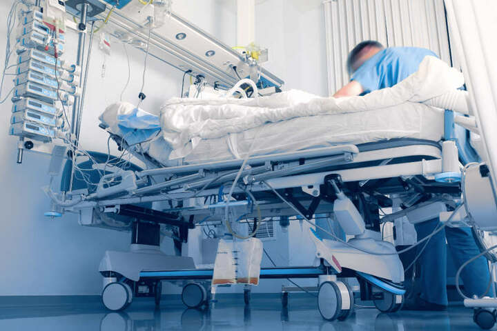 Das Unfallopfer (85) erlag im Krankenhaus den schweren Verletzungen (Symbolbild).