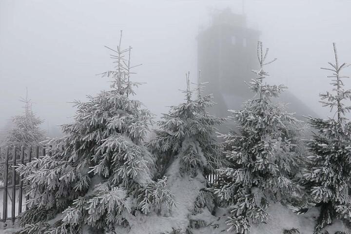 Am Montagmittag setzte auf dem Fichtelberg schon leichter Schneefall ein.