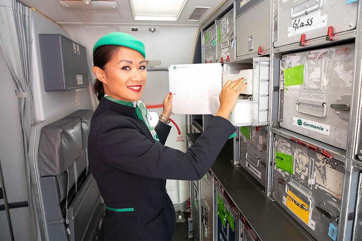 Alle Mahlzeiten an Bord? Chef-Stewardess Thu Hang Nguyen Thi (26) zählt die Bordmenüs für den Weiterflug nach Teneriffa durch.