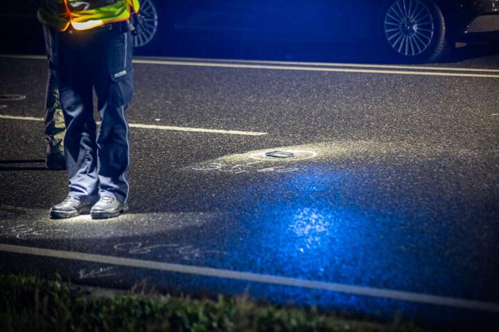 Der Ford wurde bei dem Unfall stark beschädigt. Auf dem Boden ist ein Kunststoffteil eingekreist.