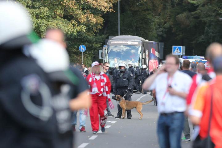 Du kommst hier nicht rein: Der Bus der Leipziger musste umgeleitet werden.