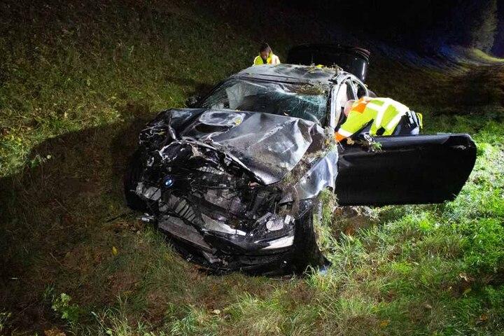Der BMW wurde durch den Aufprall durch die Luft katapultiert und landetet neben der Fahrbahn.