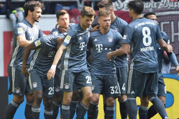 Grund zum Feier: Der FC Bayern München hat bei Fortuna Düsseldorf einen deutlichen Sieg gefeiert.