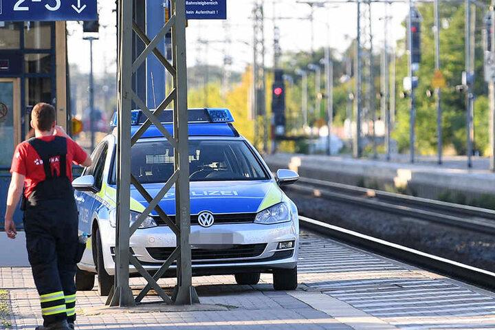 Die Einsatzkräfte suchten am Dienstagnachmittag jeden Meter der Strecke zwischen Delitzsch und Leipzig nach Spuren des Unglücks ab.