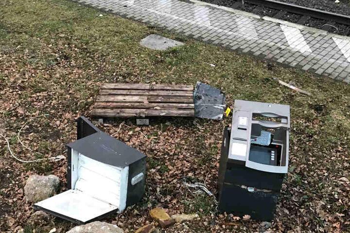 Die Täter wollten durch die Aktion vermutlich an das Geld im Inneren des Automaten kommen.