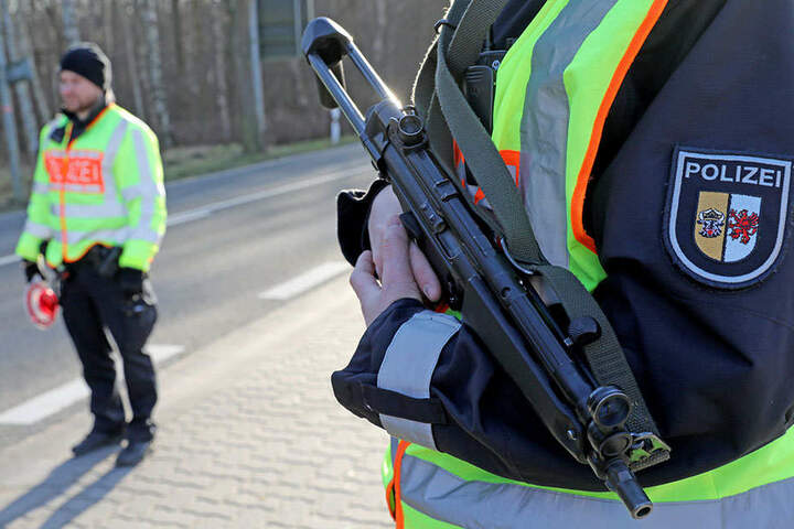 Polizeibeamte kontrollierten den stadtauswärts fließenden Verkehr, nachdem in einer Anwaltskanzlei eine Frau erschossen wurde.