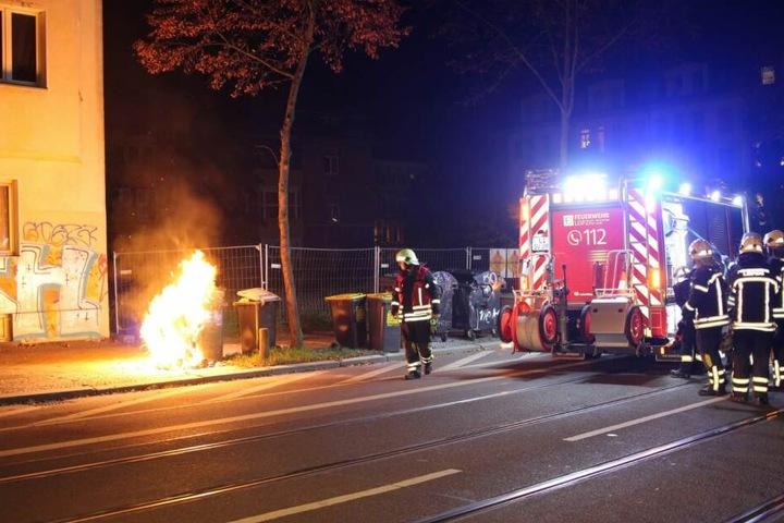 In der Nacht zu Sonntag wurden erneut Mülltonnen und Baustellenzäune in Connewitz angezündet.