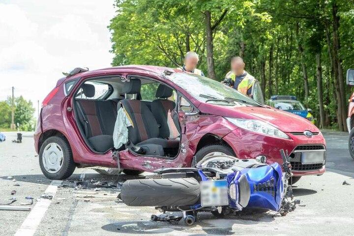 Die beiden Insassen des Fords wurden bei dem Unfall verletzt.