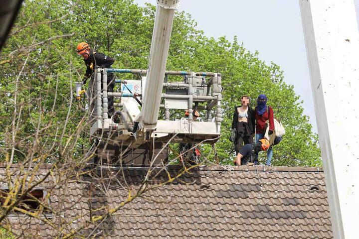 Die Polizei holte die Leute mit einer Hubbühne vom Dach.