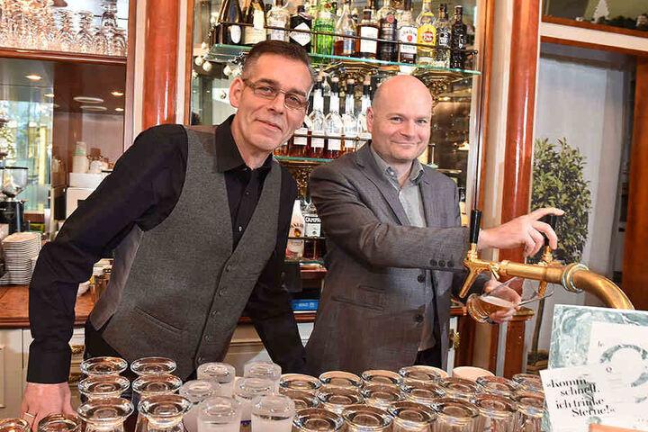 Alexander Ockel (48, l.) und Ralf Liebscher (42) wollen nicht nur Leben in  ihre Bar, sondern ins ganze Quartier bringen.