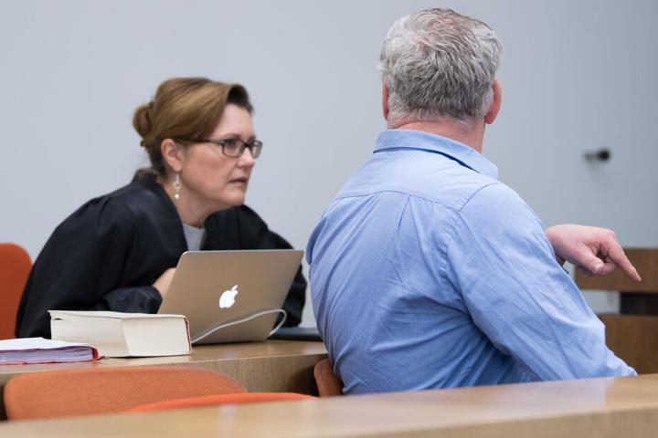 Der Angeklagte mit seiner Anwältin, Birgit Schwerdt, im Verhandlungssaal. Die Staatsanwaltschaft wirft dem Angeklagten vor, ein damals 21 Monate alte Mädchen im September 2017 ohne erkennbaren Grund in den Nacken geschlagen zu haben.